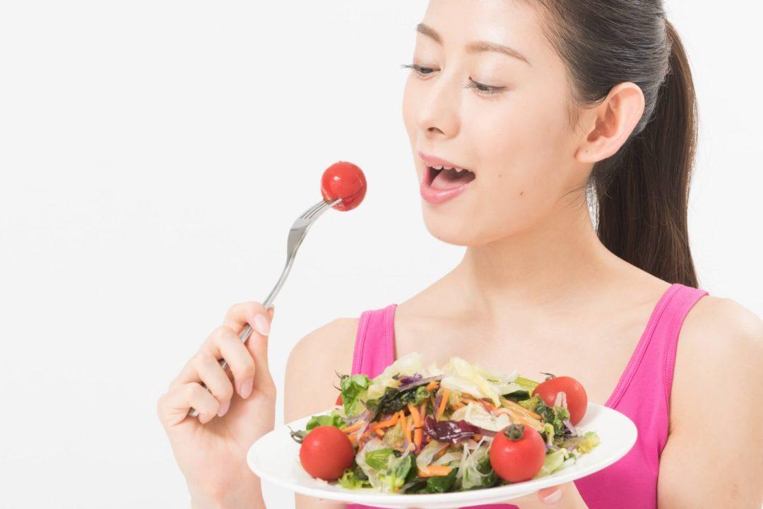 美味しそうに野菜を頬張る人